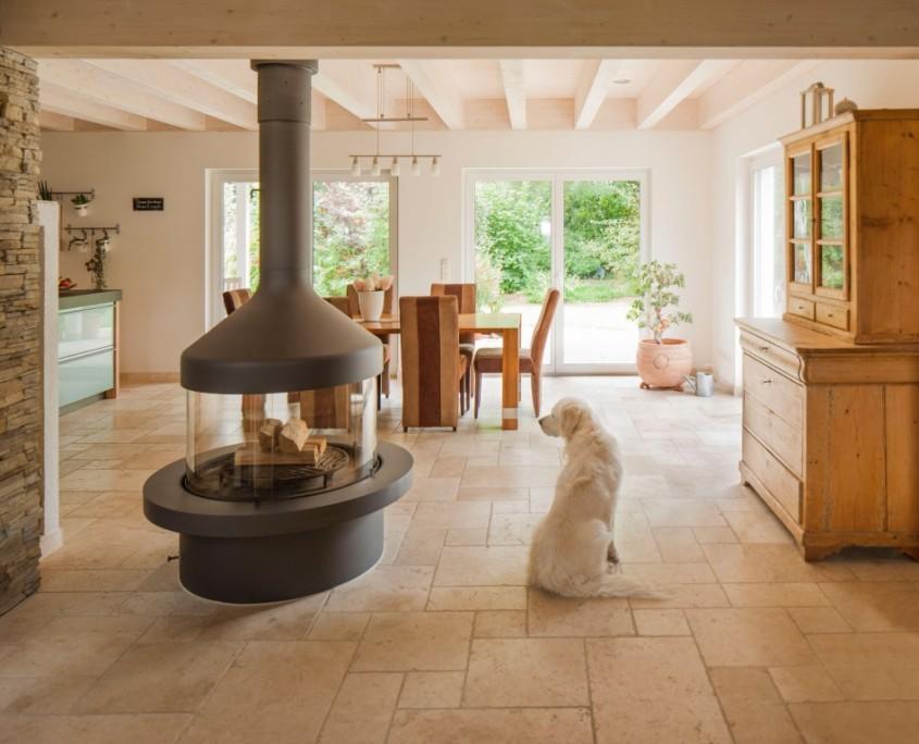 Holzfussboden und Naturstein beleben Innenräume