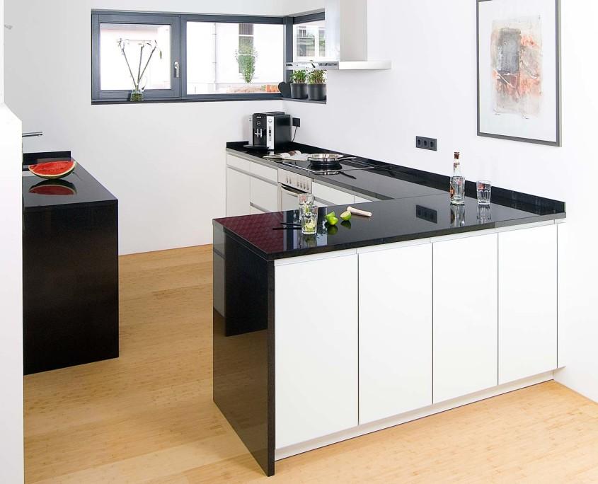 Naturstein Fiedler: Schwarz-Weiß in der Küche